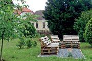Nábytek lze skutečně vyrobit téměř z čehokoliv. Zkuste se inspirovat netradičním posezením z dřevěných palet.