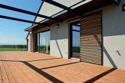 Modřínová terasa REAL DECK s povrchovou úpravou terasového oleje Osmo v totožném odstínu.
