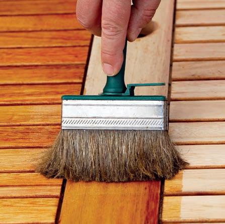 Olej na dřevo nanášejte v tenké vrstvě pomocí štětce či hadříku. Nevsáknutý olej setřete, nebo rozetřete do ztracena.