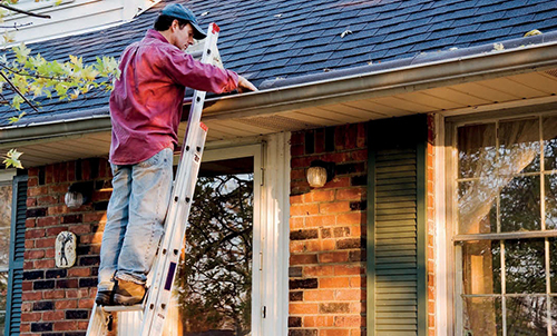 Před podzimními dešti nezapomeňte vyčistit okapy, aby později voda nenapáchala škodu na domě ani kolem něj.