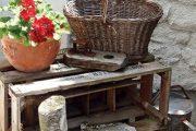 V zahrádce najdete několik půvabných zákoutí z předmětů, které se našly ve stodole nebo na půdě, a to včetně starého košíku. V zahradě se opakují červené muškáty páskaté Pelargonium zonale s kulovitým květenstvím, čímž prostor získává na celistvosti.