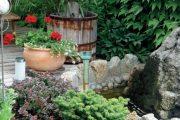 Uklidňujícím prvkem je zde kámen se zurčící vodou, do které se můžete při odpočinku v dřevěném zahradním nábytku zaposlouchat.