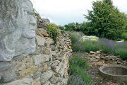 Levandule působí v kombinaci s kamenem přirozeným dojmem.
