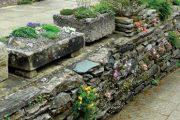 Stěny umožňují výsadbu rostlin do větších spár mezi kameny nebo do připravených kapes.