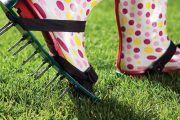 Šikovným řešením pro povrchově zhutněné trávníky jsou aerifikační nástavce na boty.