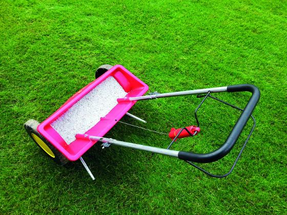 Strojek na pravidelné hnojení