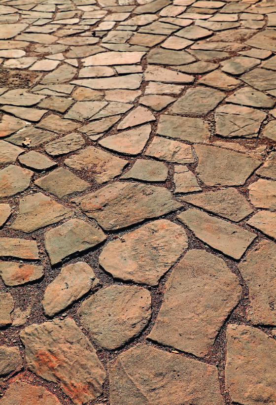Zpevněná plocha z kamene.