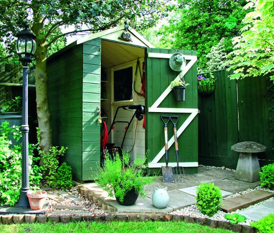 Zahradní domek slouží jako sklad techniky i nářadí.