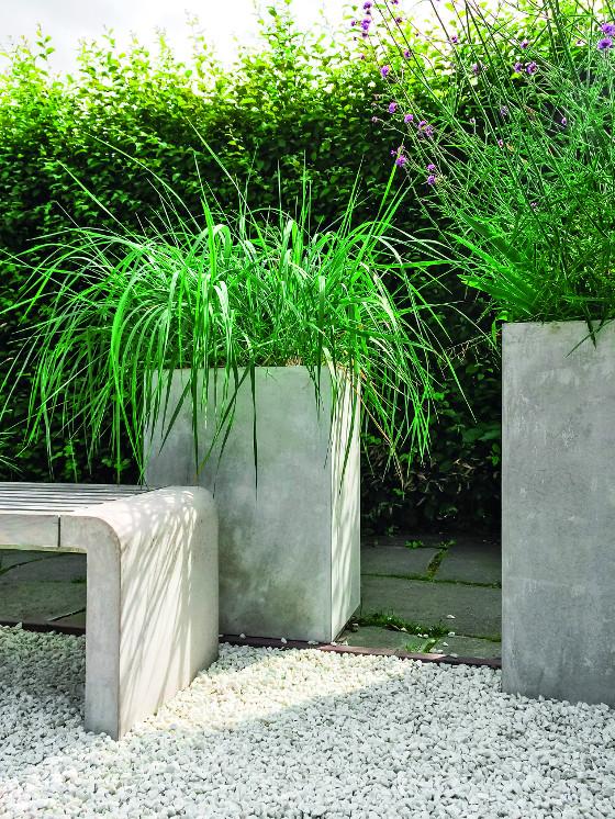 K výhodám betonových květináčů a laviček patří vysoká stabilita