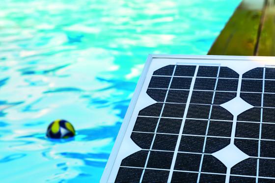 Systém fungování solárního panelu je jednoduchý: pohlcuje tepelnou energii a předává ji vodě, která skrz něj prochází. Ohřátá se pak vrací zpět do bazénu.