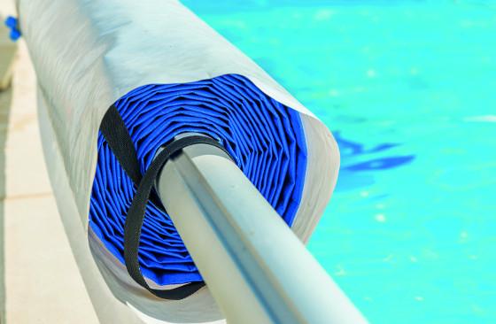 Bublinková solární plachta, u velkých bazénů se navíjí na tyč, dokáže znásobit účinky slunečního záření.