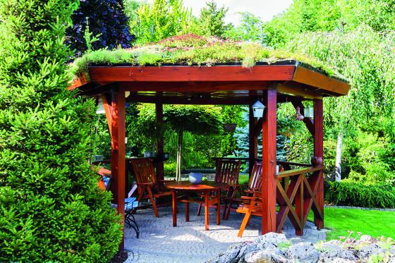 Pokud si necháváte dělat zahradní stavby na míru, lze je dobře sladit s domem, například včetně zelené střechy