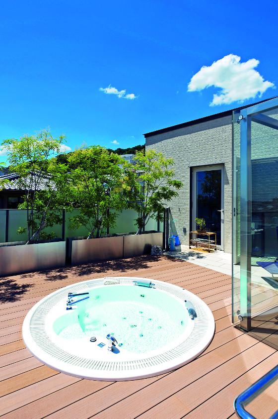 Vířivky na rozdíl od klasických bazénů, můžete používat celoročně a není třeba se pracně starat o vodu.