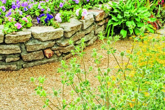 Opěrné zídky lze postavit z různého materiálu, ideální jsou horniny místního původu.
