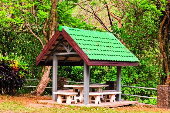 Vlnité střechy se dělají z mnoha materiálů a výborně odvádějí vodu.