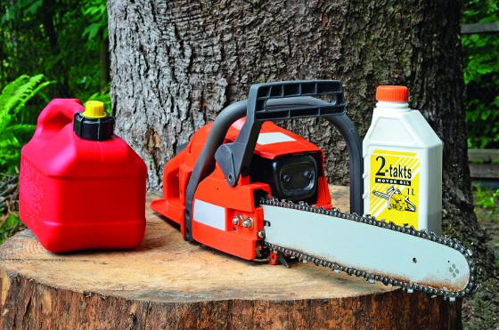 U motorových pil bývá složitější údržba, musíte doplňovat kromě mazacího oleje také směs benzínu a oleje a občas seřídit běh motoru.