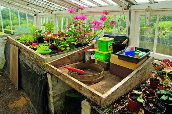 Skleník neslouží jen samotným rostlinám, představuje i důležité pracovní zázemí.