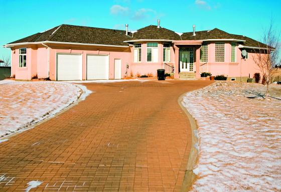 Topné rohože a kabely dokážou udržet  příjezdovou cestu k domu bez sněhu a ledu.