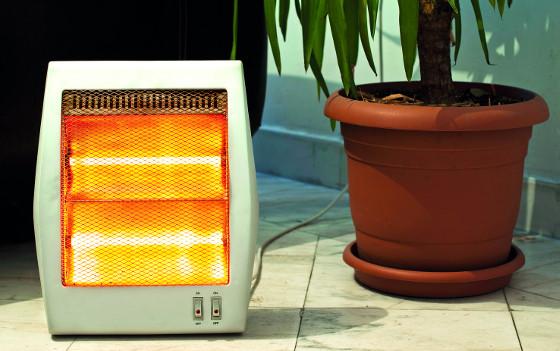 Elektrické infrazářiče vydávají teplo podobné tomu slunečnímu. Přenosné typy můžete používat na terase i v zahradě.