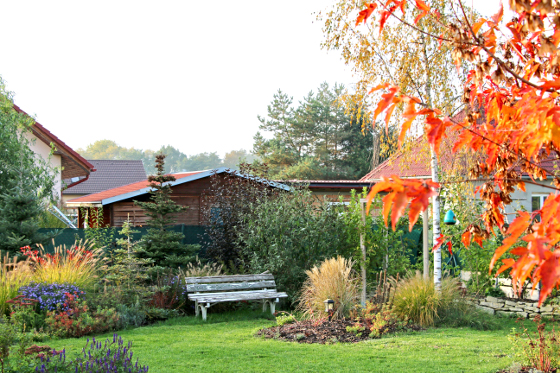 K zaclonění boudy u sousedů slouží mix jehličnanů, listnatých stromů a keřů i vyšší druhy trav.