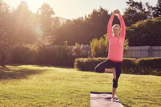 Práce na zahradě je nejlepším tělocvikem. Není tedy na škodu se večer protáhnout a uvolnit tělo jako po náročném cvičení.